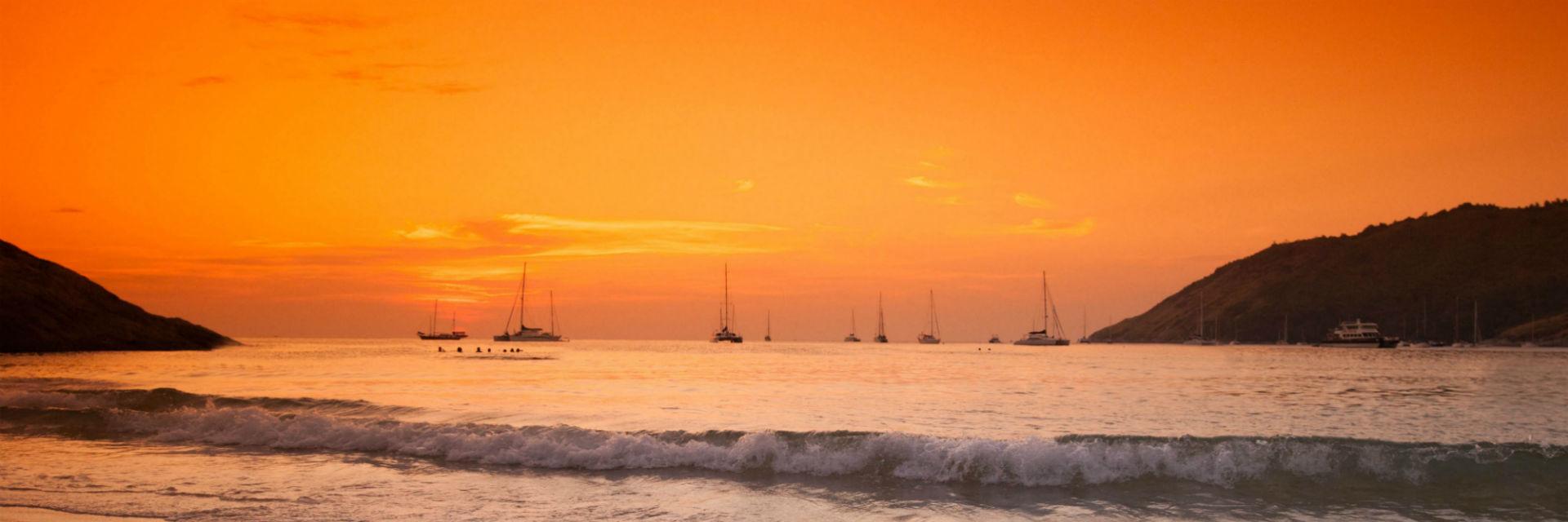 Puesta de sol en el mar con barcos pesqueros