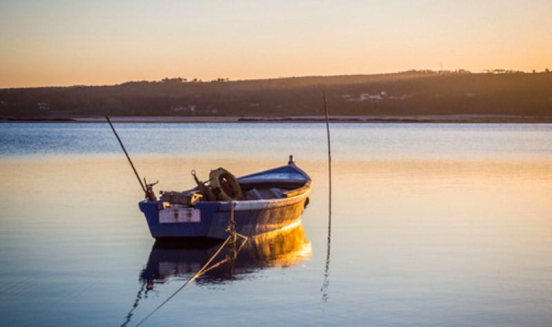 Barco en entorno idílico